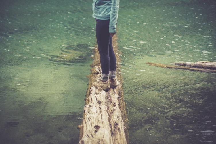"""""""Mennyi kitöltetlen súly marad, ha feloldódnak a szorongás foltjai?"""" – 3 vers egyensúlyról és bizonytalanságról"""