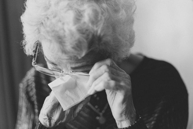 """Idős vagy beteg családtag gondozása: """"Nincsenek megoldások, csak kapaszkodók vannak"""" – L. Stipkovits Erikával beszélgettünk"""