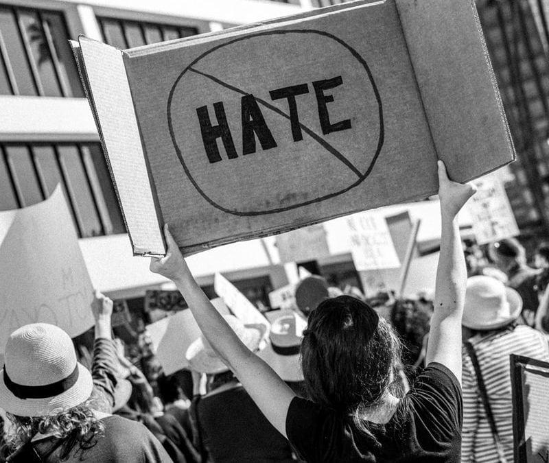"""""""A gyűlölet önmagában nem betegség, de megbetegíthet"""" – A tömeges lövöldözések hátteréről"""