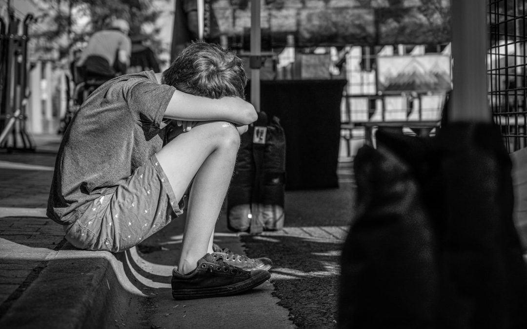 """""""Véghezvittünk pár felnőtté válást úgy, hogy a környezetünk nem csinált semmit"""" – 4 gondolat a szenvedélybeteg szülők (felnőtt) gyermekeiről"""