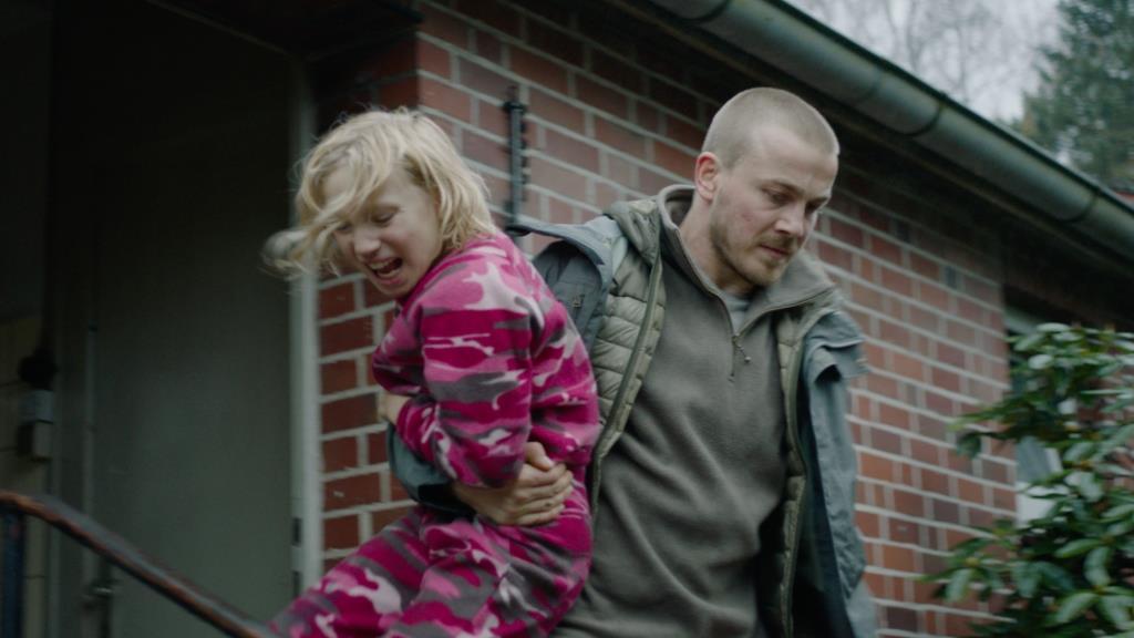"""""""Akikkel ez történik, azoknak gyakorlatilag elveszik a gyerekkora"""" – Interjú a Kontroll nélkül című film kapcsán"""
